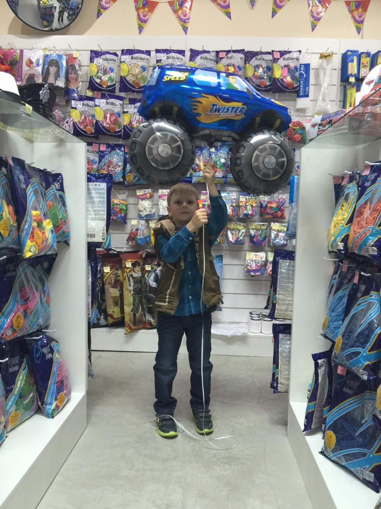 Счастливый Никита с большой машинкой
